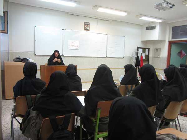 کلاس حفظ قرآن کریم در دبیرستان نمونه حضرت آمنه همدان